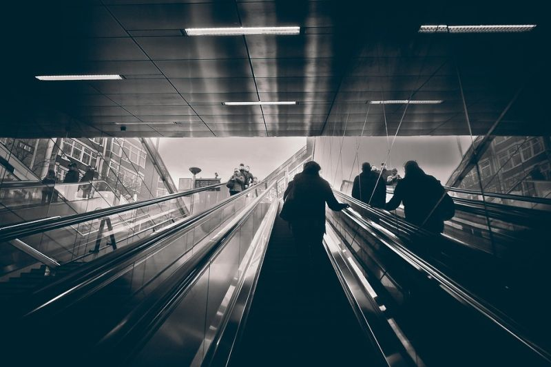 Street photography: l'illuminazione ad alto contrasto rende le foto più drammatiche